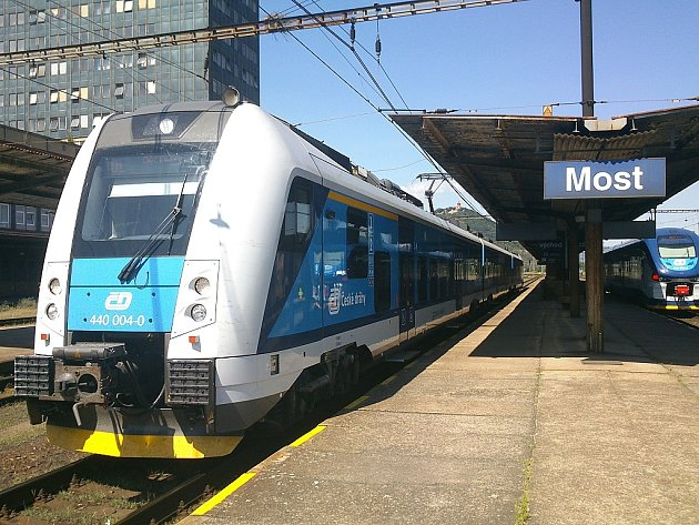 Moderní vlaky, RegioPanter (vlevo) a RegioShark se setkaly na mosteckém nádraží. Oba mají klimatizaci.