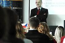 Předseda představenstva FK Baník Most Petr Kabíček přednáší studentům Vysoké školy finanční a správní v Mostě.