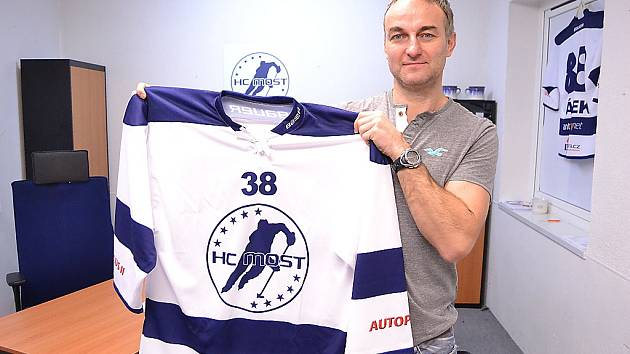 Jan Alinč s novým dresem, na kterém je nedávno představené nové logo klubu.