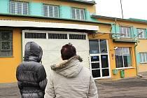 Ženy čekají u věznice v Bělušicích na Mostecku na propuštění svých příbuzných po amnestii.
