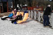 Jarní relaxace na zimních Klínech. Takto to vypadalo ve známém krušnohorském letovisku v pondělí 9. března.