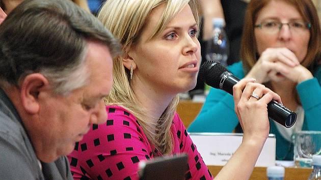 Komunistka Hana Aulická Jírovcová navrhuje, aby odměny zůstali na nižší úrovni, jakou chtěla bývalá pravicová vláda. Návrh získal jen 10 hlasů, 31 zastupitelů chtělo zvýšení.
