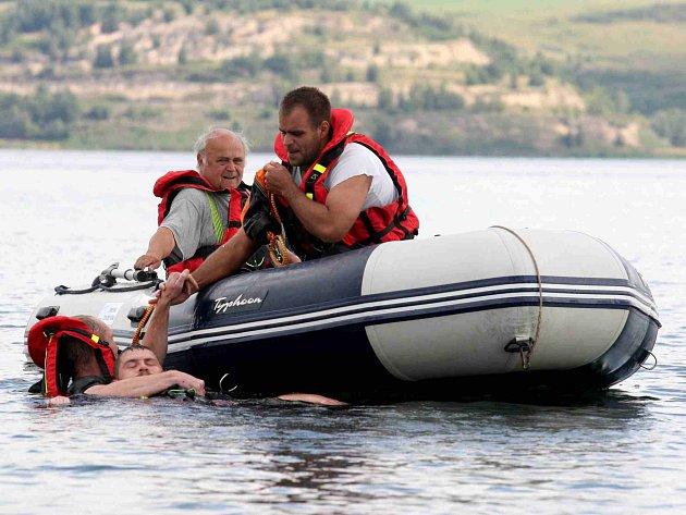 Strážníci z Litvínova cvičí záchranu tonoucího na jezeře