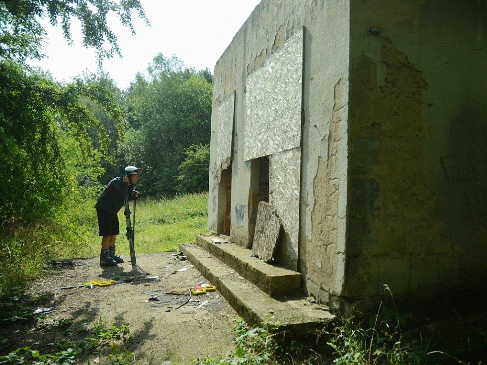 Z umělého povrchu sjezdovky a vleku jsou ruiny.