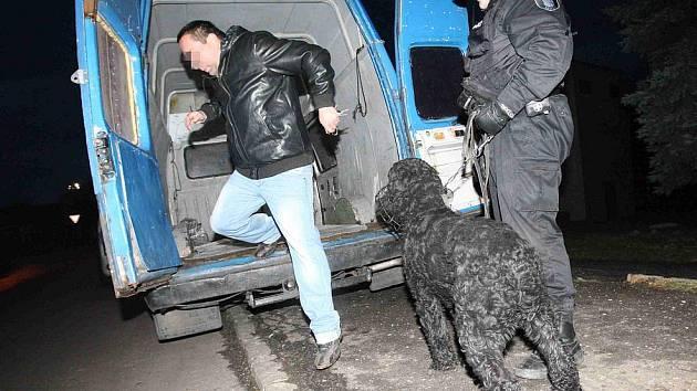 Na místě zasahoval i policejní psovod