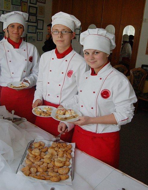 Studenti hotelové školy představují své výrobky.