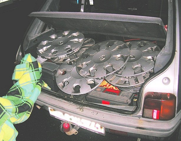 Kradené poklice v kufru vozu.