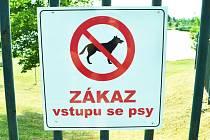 Za plotem,kde je jezero Benedikt s hřišti,nejsou psi vítáni. Dosud nesměli jen do vody.