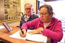 Manželský pár Wil a Jan Weimer z Holandska přivezli do expozice artefakty, fotografie a dokumenty, které poslali rodiny po válečných zajatcích.