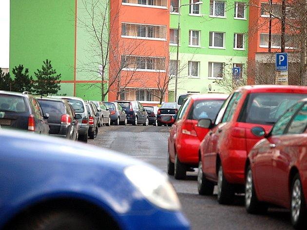 """Nové parkoviště má ulevit i mosteckým """"sedmistovkám""""."""