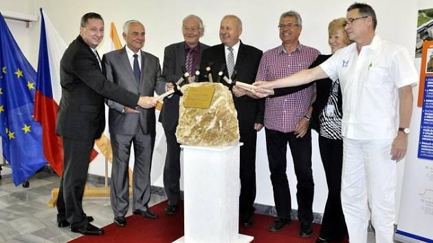Vrchní představitelé kraje, Krajské zdravotní a nemocnice symbolicky poklepali na základní kámen rekonstrukce.