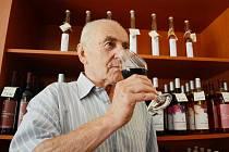 Vinař Ivan Váňa ochutnává červené víno v mostecké vinárně Českého vinařství Chrámce.