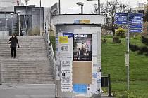 Z mosteckých ulic postupně zmizí velké betonové válce na plakáty