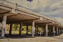 Současná podoba mostu přes ulici Mezibořská.