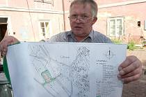 Správce lišnického statku Stanislav Balák ukazuje studii k výstavbě sil na obilí.
