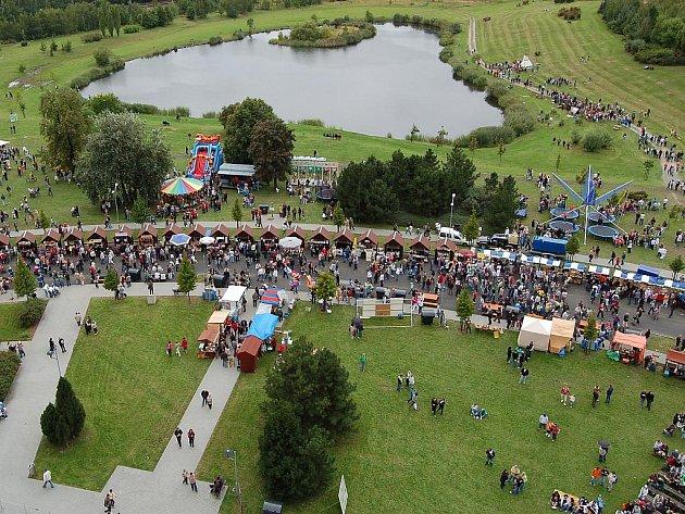 Na Mosteckou slavnost přišly tisíce lidí. Pohled z věže kostela.