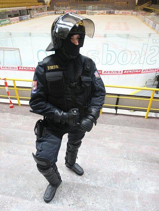 Cvičení policistů a litvínovských strážníků na stadionu. Učili se chystat rozvášněné fanoušky.