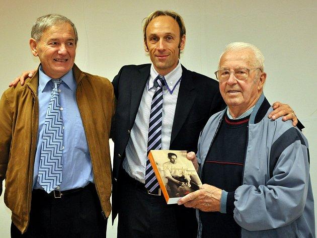Ladislav Křičenský (vpravo) s bývalým kronikářem Václavem Novotným (vlevo) a francouzským spisovatelem Laurentem Giulletem.