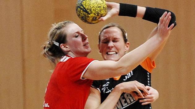 Mostecká  Hana Martinková (vpravo) v zápase proti Slavii Praha. Teď bude zaměstnávat obranu Veselí.