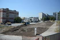 V litvínovské části Janov skončila demolice prvního vybydleného paneláku. Těžká technika pokryla vyklizené prostranství zeminou, na které nechá radnice vysázet zeleň. Elektrikáři už umístili na sloupy pouliční lampy.
