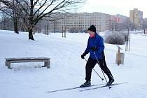 Ondřej Abrahám na běžkách sjížděl zasněžené cesty a pláně v parku Šibeník uprostřed Mostu.