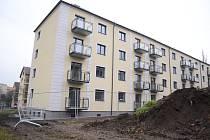 Kdysi zdevastovaný blok 35 v mostecké ulici J. Seiferta se proměnil v nový bytový dům s parkovištěm vyhrazeným pro nájemníky.