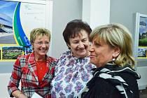 Dobrá nálada na vernisáži v muzeu. Uprostřed Ludmila Holadová, ředitelka Okresní agrární komora Most.