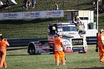 Zájemce čeká školení a po něm šest zácvikových směn na velkém závodním okruhu.