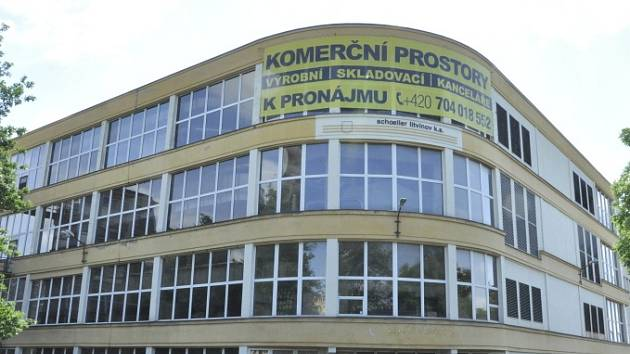 Na budově Schoelleru se objevil plakát lákající k pronájmu.
