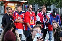 Mostečané fandili českým hokejistům v zápase se Švédy.
