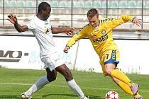 Mostecký Kevin Lafrance (v bílém) hraje s Mostem v sobotu ve Zlíně.