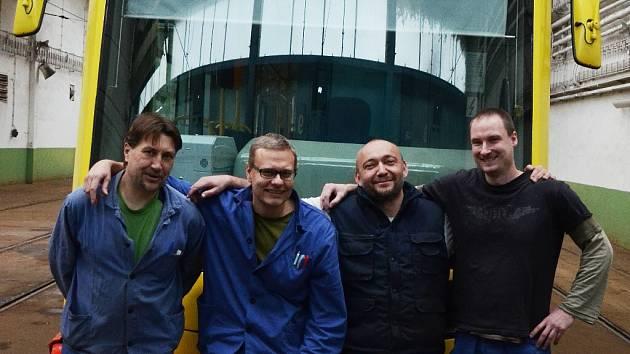 Roman Leibl, Martin Červenka, Jan Jedinák a Jiří Novák v hale Dopravního podniku měst Mostu a Litvínova. Za nimi je tramvaj Astra. Podobné jezdí v USA, kde tým pracoval