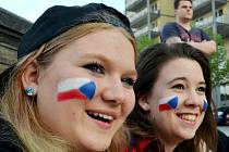 Děvčata sledují na velké obrazovce na 1. náměstí v Mostě přímý přenos utkání ČR-RUSKO.
