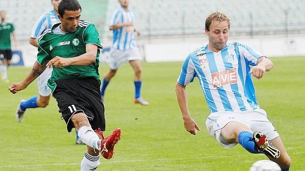 Zoran Danoski střílí druhou branku. Podle trenéra Čáslavi Oldřicha Abrháma převzal Danoski míč v ofsajdu.