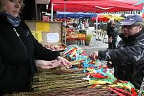Moravské pomlázky až z Hodonína přivezla do Mostu Lenka Tomečková. Prodává i zdobená vajíčka s tradičními vzory.