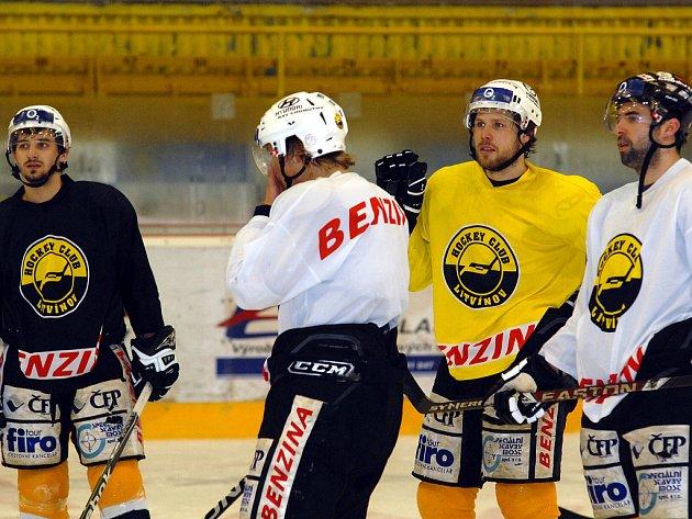 Před třetím zápasem čtvrtfinále extraligy se litvínovští hokejisté připravují na svého soupeře z Karlových Varů. Lukeš, Rindoš, Trávníček a Walter