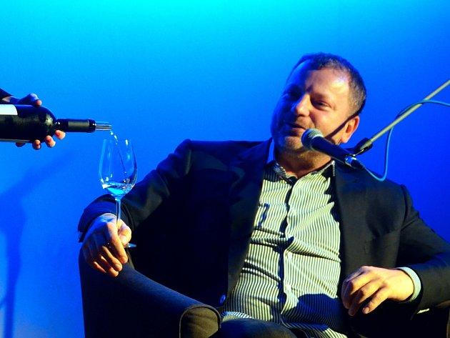 Jan Dienstl přiznal, že není zručný manuálně, i když je vyučený elektrikář. Miluje ale víno a vaření.