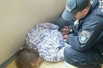 Mladý zloděj z panelového domu tentokrát už utéct nestačil. Na schodech ho chytily a následně spoutaly přivolané policejní hlídky.