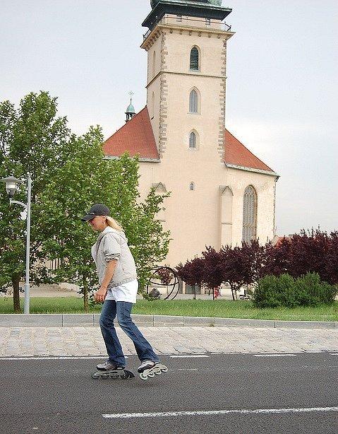 Bruslařka u mosteckého kostela.