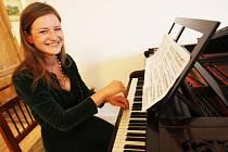Klavirní virtuoska Alena Hönigová hraje na zámku Jezeří na Mostecku v zrekonstruovaném kulečníkovém sále na historickém piánu z první poloviny 19. století, které je jediné svého druhu v České republice.