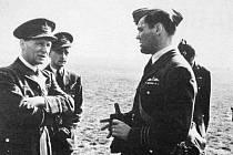 Velitel 311. čs. bombardovací peruti RAF Josef Ocelka na snímku vpravo.