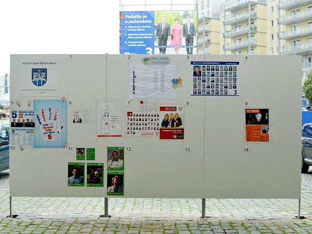 Strany si mohly svou reklamu vylepit zdarma na městskou plochu u radnice, ne všechny toho využily.