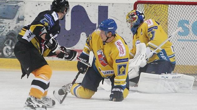 Litvínov (v tmavém) vyhrál před týdnem v Ústí a radoval se proti Ústí nad Labem i v domácí odvetě.