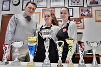Úspěšný tým mostecké Soukromé hotelové školy Bukaschool. Vedle učitele Miloše Bednáře 18letá Dominika Hoffmannová (titul Teatender roku 2018) a 17letá Nicola Carajiová (vicemistryně soutěže Barista roku 2018).