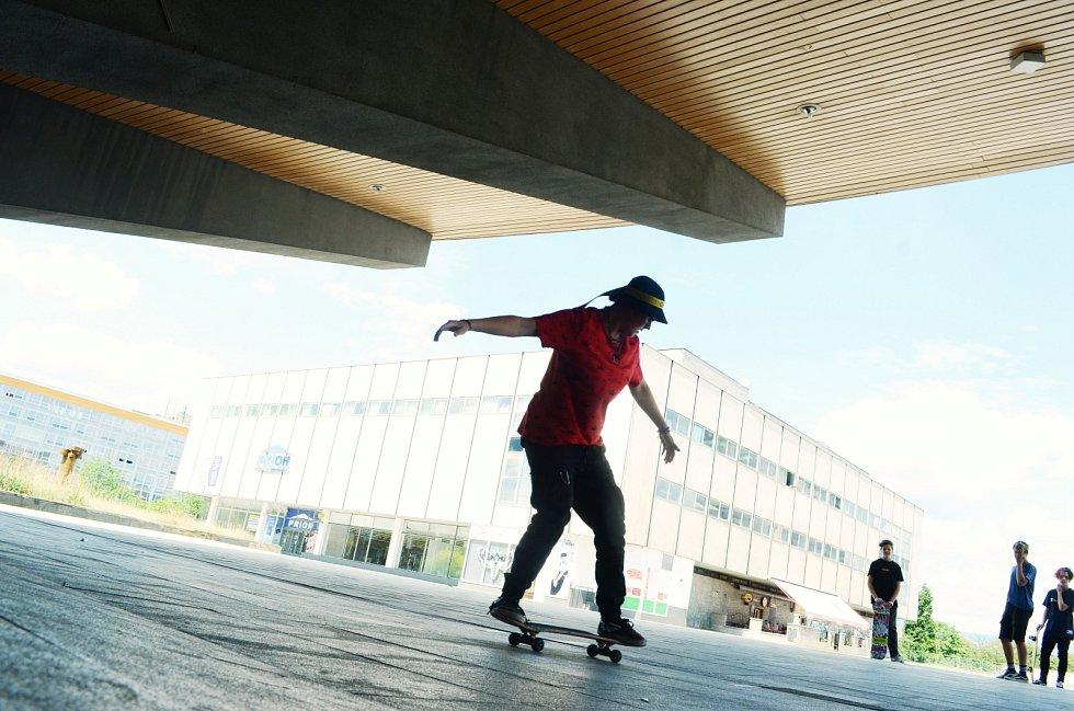 Skateboardisté jezdí u mosteckého Repre pod klenbou bývalého kina. Mládež se obává, že po rekonstrukci kulturního domu a jeho okolí ztratí zázemí pro trénink