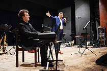 Klavírista Martin Rufer doprovázel Vladimíra Hrona při zářijové oslavě 100 let mosteckého gymnázia.