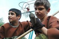 Děti z mosteckého dětského domova trénuji scénický šerm.