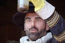 Jeden z herců mosteckého divadla převlečený za alchymistu Edwarda Kelleyho.