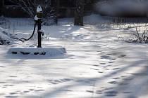 Stopy ve sněhu vedou policisty přímo k pachatelům.