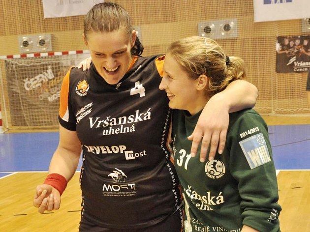 Mostecké hráčky Iveta Matoušková (vlevo) a Dominika Müllnerová.